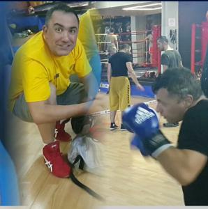 sosyal ortamda eğlenerek boks yapın